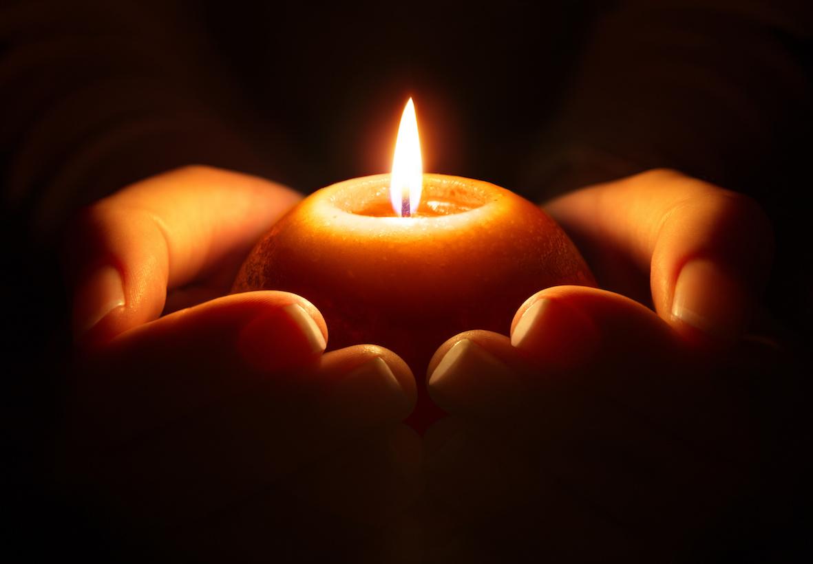 PREGHIERA - candle in hands INTRAMUNDI
